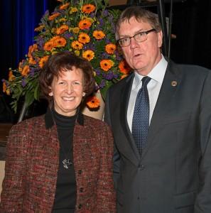 Notburga Kunert gratuliert dem Landratskandidaten Sebastian Schuster