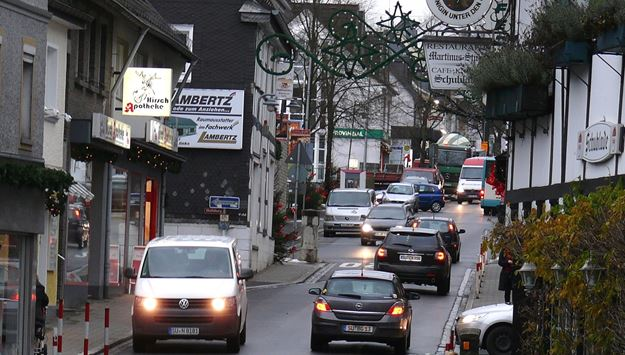 Zerstört den Mucher Ortskern und gefährdet Fußgänger und Fahrzeuge gleichermaßen: Durchgangsverkehr auf der abschüssigen Mucher Hauptstraße. Bild: privat