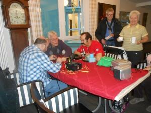 """Das Treffen im """"Repair Cafe"""": Die Fachleute und """"Kunden"""" reparieren gemeinsam in gemütlicher Runde"""
