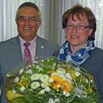 (Wahlleiter Alfred Haas dankt Gaby Göbel stellvertretend für alle Helferinnen und Helfer für die reibungslose Durchführung der Wahl)