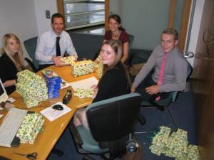 Die Mitarbeiter in der Geschäftsstelle Much, Linda Peters, Thomas Biallas, Elena Hoscheid, Jan Hänscheid und Tanja-Vanessa Kolmer verpacken insgesamt 90 der 240 Farbkästen.