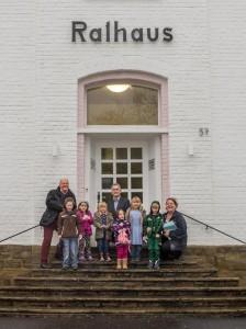 (von li. Herr Steimel Fahrer BB Much, Herr Mauermann und Frau Döring  mit weiteren Kindern vom Kindergarten Hetzenholz)
