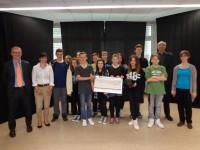 André Schiefen (1.v.l.) überreicht 750 Euro an Sekundarschule