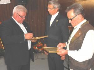Schon sind 50 Jahre im Ernteverein Markelsbach vorbei: Da dürfen K.H. Schmidt, Klaus Scholder und Heinz Henn (v. links) durchaus nachdenklich werden