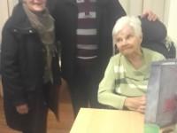 Besonders gefreut hat sich Seniorin Elisabeth Schmitz, als das Ernte-Paar Hilde und Heinz Henn die Tüte im Pflege-Heim Seelscheid überreichten